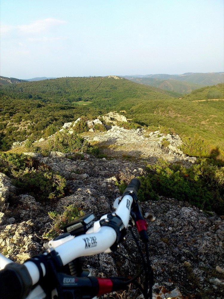 montagnes et garrigues randonnée paysage